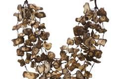 Hingucker: Collier mit vielen kleinen braunen Steinchen von More & More. Um 36 Euro.