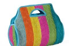 Korbtasche in Regenbogenfarben. Von Rip Curl, ca. 33 Euro.
