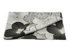 Pareo mit Blumenmuster in Schwarz/Weiß. Von Accessorize, ca. 14 Euro.