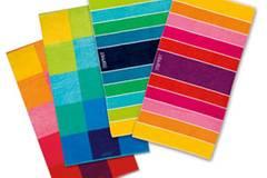 Bunte Handtücher in Regenbogenfarben von Esprit Home. Gibt's gestreift oder kariert. Je ca. 30 Euro.