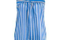 Lässiges Shirtkleid mit blauen Streifen und Knopfleiste von More & More, ca. 60 Euro.