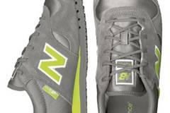 Sneaker aus Rauleder und leuchtenden Neonstreifen von New Balance über www.frontlineshop.de, 79,99 Euro.