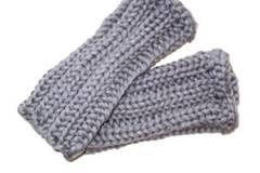 Graue Stulpen aus grobem Strick gegen kalte Füße, um 24 Euro. Zu Bestellen über www.dailyobsessions.com