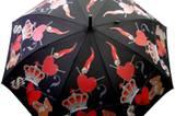 Regenschirm mit Krone, Herz und Teddybär von Moschino, ca. 76 Euro. Zu Bestellen über www.regenschirme.de