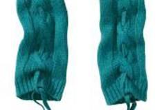 Stulpen mit Rippen- und Zopfmuster in kräftigem Türkis von DEPT., ca. 49 Euro. Zu bestellen über www.conleys.de