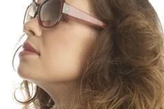 Ein rötlich braunes Brillengestell harmoniert wunderbar mit der Farbe der ersten Sommersprossen auf der Nase. Von Skunkfunk, um 45 Euro.