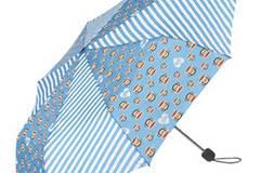 Fröhlich bunter Regenschirm in hellem Blau von Paul Frank, um 24,99 Euro. Zu Bestellen über www.frontlineshop.com