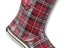 Rote, halbhohe Gummistiefel mit Karo-Muster im College-Stil von Rocket Dog, ca. 59,99 Euro. Zu Bestellen über  www.frontlineshop.com