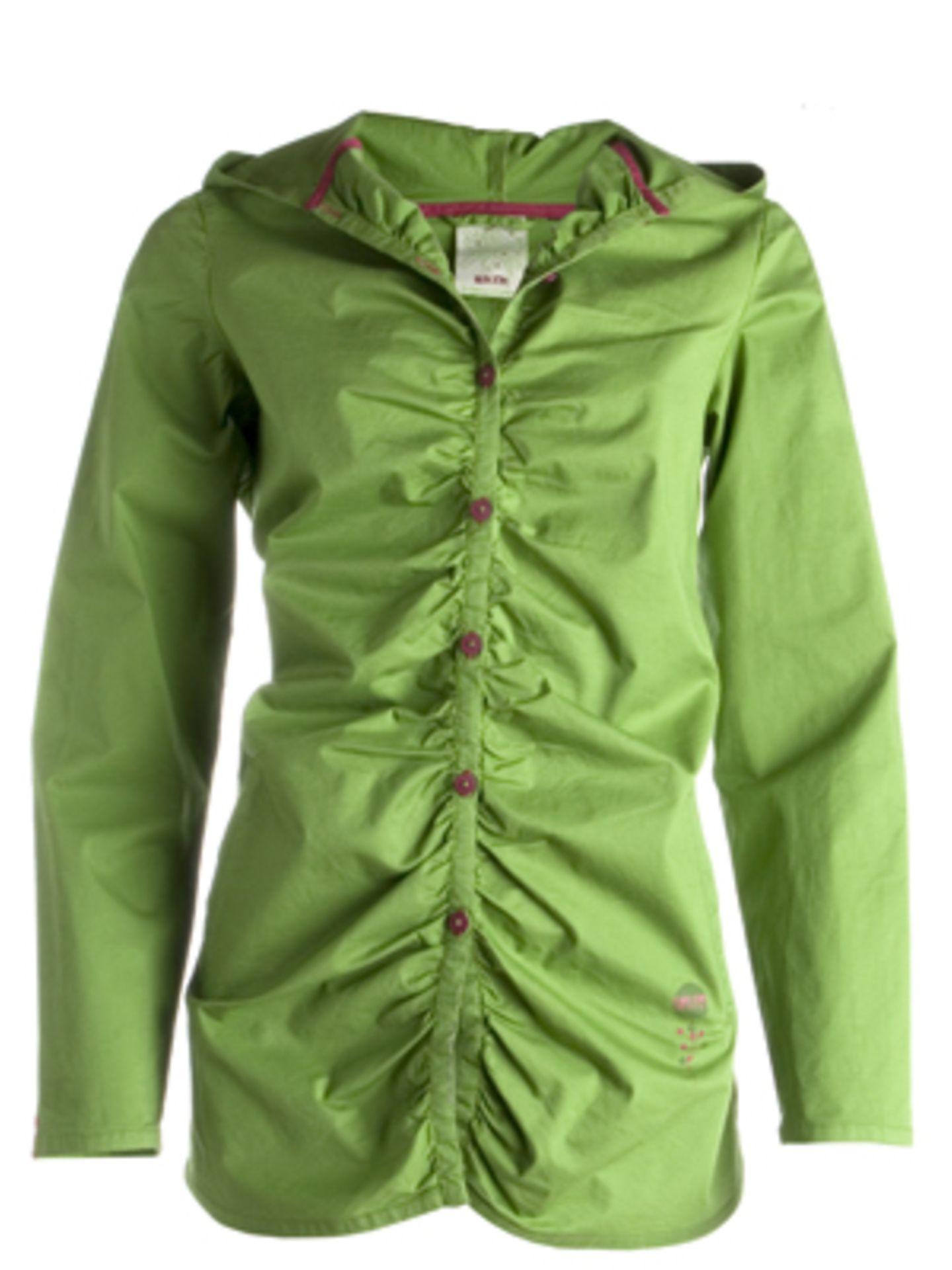 Regenmantel mit filigraner Knopfleiste, Raffungen und Kapuze in leuchtendem Grün von Skunkfunk, um 55 Euro.