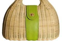 Korbtasche mit grünem Lederdetail und Metallverschluss von H&M, ca. 19,90 Euro.