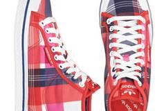 Karierte Basketball-Sneakers von Adidas, um 75 Euro. Über  www.frontlineshop.com.