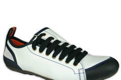 Raffinierter Schuh mit seitlicher Schnürung von FLY London, um 125 Euro.