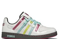 Weißer Schuh mit Schnürsenkeln in Bonbonfarben von K SWISS, um 90 Euro.