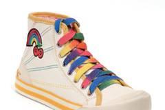 Knöchelhoher Sneaker mit Schnürsenkeln und Stickerei in Regenbogenfarben von Rocket Dog, um 45 Euro.