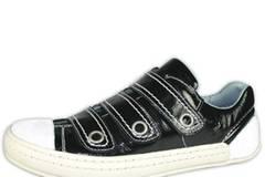 Schwarzer Sneaker im Metallic-Look ohne Schnürsenkel mit weißer Sohle von FLY London, um 130 Euro.