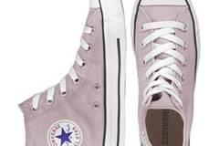 Klassiker: Chucks in frühlingshaftem Rosé von Converse, um 60 Euro. Über  www.frontlineshop.com.