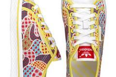 Bunter Sneaker mit gelber Naht von Adidas, um 70 Euro. Über  www.frontlineshop.com.