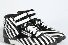 Basketball-Schuhe im stylischem Schwarz-/Weiß-Look von Reebok, um 55 Euro. Über  www.urbanoutfitters.co.uk.