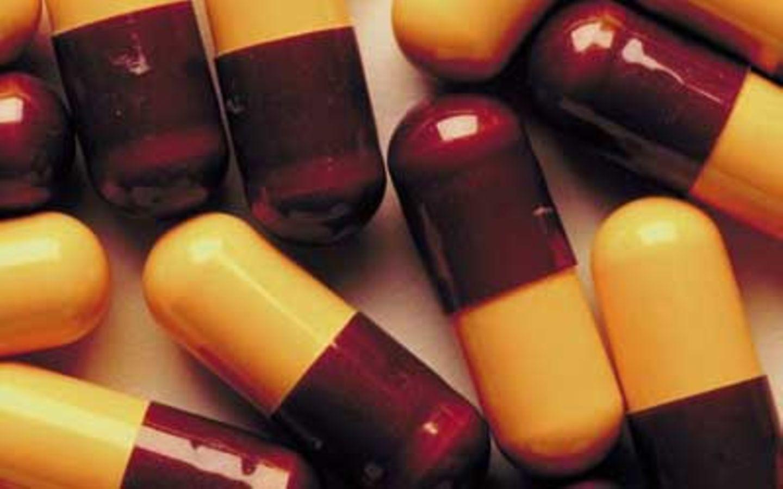 Sind Medikamente empfehlenswert?     Das einzige Medikament ohne Nikotin, das zur Entwöhnung verschrieben werden kann, ist bisher ein Antidepressivum mit dem Wirkstoff Bupropion (Zyban). Unter anderem wegen des erhöhten Risikos für Krampfanfälle und psychotische Symptome ist sein Einsatz zur Raucherentwöhnung umstritten und sollte nur in schweren Fällen, unter strenger ärztlicher Kontrolle, erwogen werden. Die Erfolgsrate ist vergleichsweise gering: 20 bis 30 Prozent der Probanden von Studien waren nach einem Jahr noch rauchfrei.