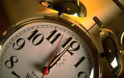 Wann ist der beste Zeitpunkt für den Entzug?     Jederzeit, wenn du tatsächlich den festen Entschluss dazu gefasst hast. Optimal sind ein paar freie Tage ohne Alltagshektik. Eine Klausur oder akuter Beziehungsstress sind belastende Umstände, die das Durchhalten erschweren. Dann kann es sinnvoll sein, den Start ins Nichtraucher-Leben noch etwas hinauszuschieben - aber auf keinen Fall über Monate! Wer ständig Gründe findet, weiter zu warten, sollte dringend seine Motivation überprüfen.