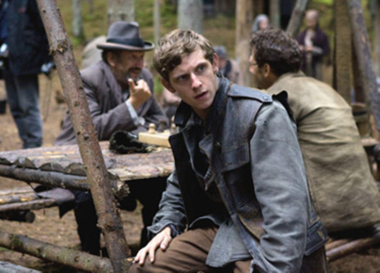 Asael (Jamie Bell) steht häufig zwischen seinen Brüdern Tuvia und Zus