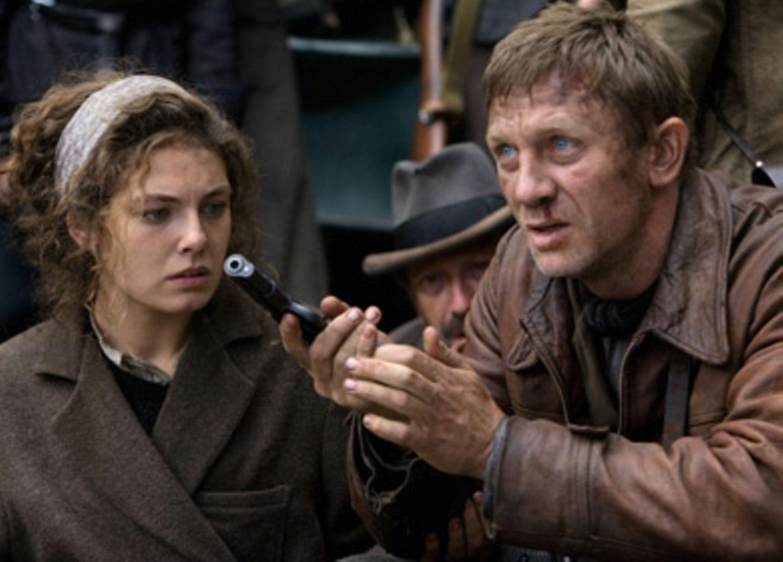Tuvia (Daniel Craig) und Lilka (Alexa Davalos)