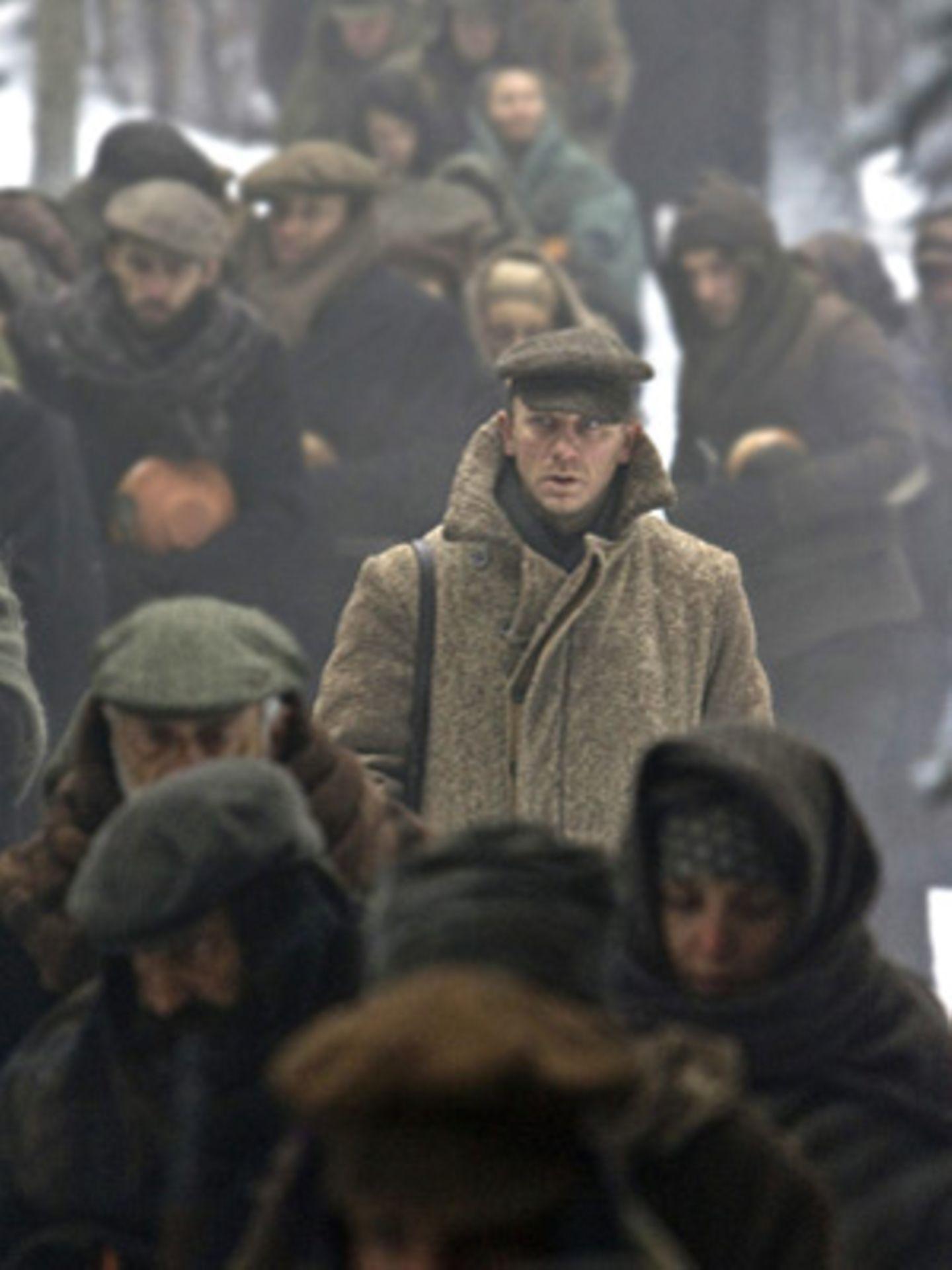 Tuvia (Daniel Craig) und die anderen Flüchtlinge ziehen durch den Wald