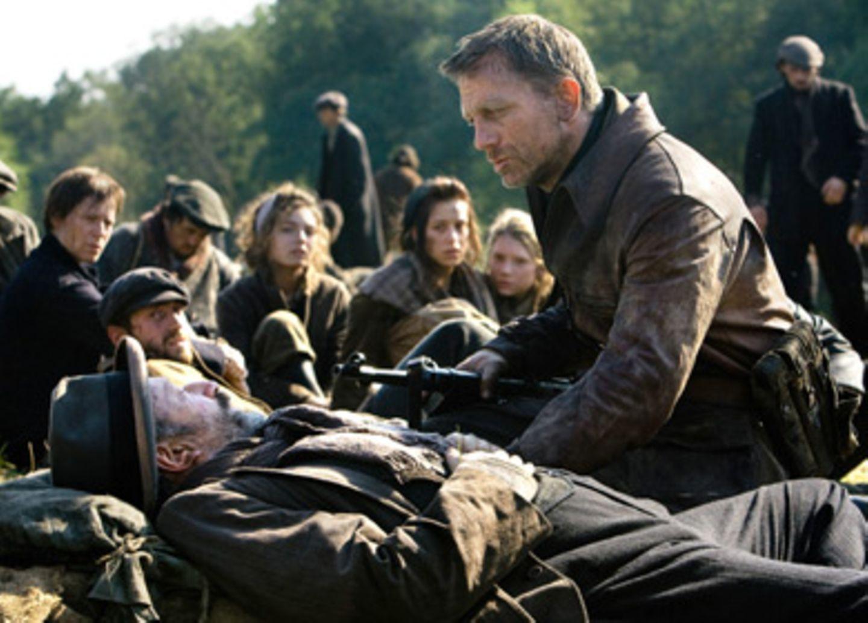 Der alte Shimon (Allan Corduner, mit Daniel Craig) ist zu schwach für die Flucht