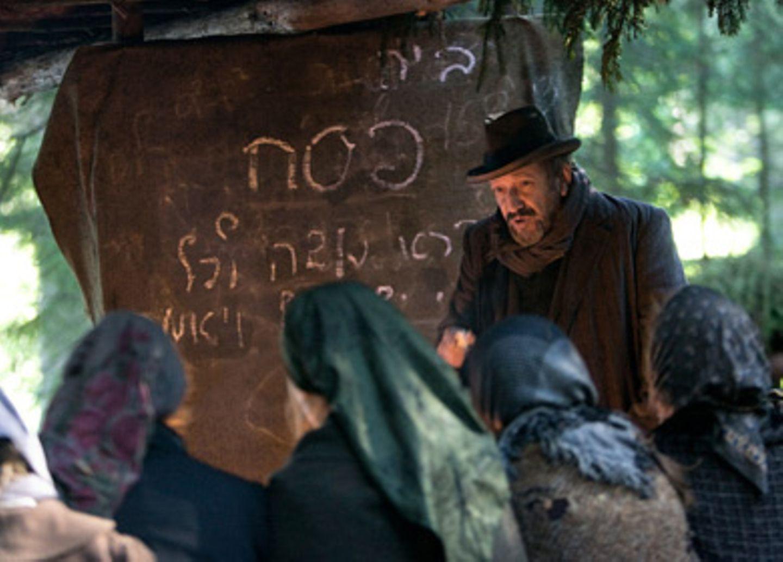 Der Lehrer Shimon (Allan Corduner) erteilt auch im Lager Religionsunterricht