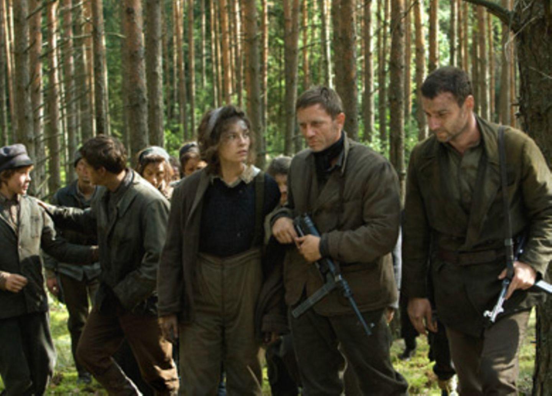 Die jüngeren Brüder Aron (George MacKay) und Asael (Jamie Bell), Lilka (Alexa Davalos), Tuvia (Daniel Craig) und Zus (Liev Schreiber)
