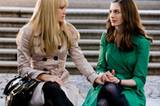 Die beiden Freundinnen überlegen, wer im Plaza Hotel heiraten darf