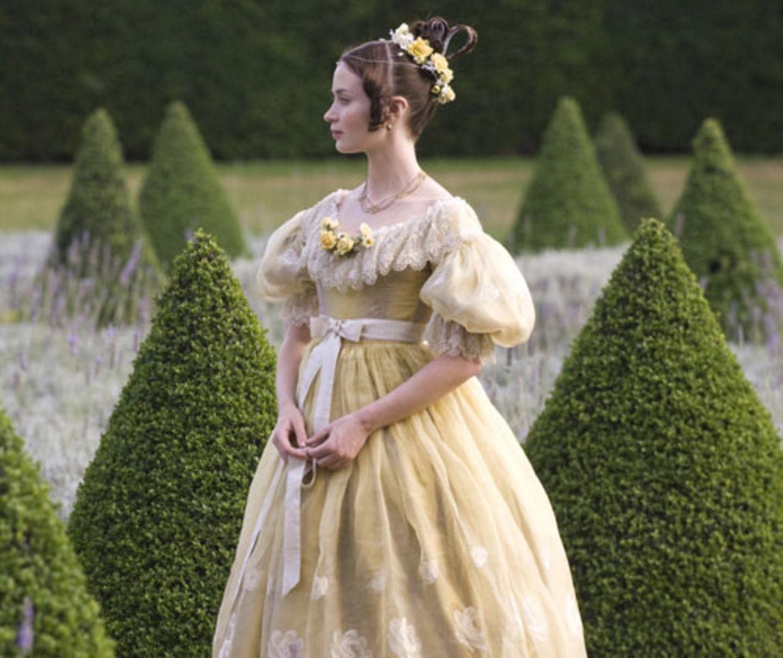 Im Jahre 1837 führt die 17-jährige Victoria (Emily Blunt) ein ruhiges und behütetes Leben im Kensington Palace, doch hinter dem schönen Scheinleben ist sie alles andere als glücklich. Sie wird von ihrer Mutter, der Herzogin von Kent (Miranda Richardsdon) und deren Ratgeber Sir John Conroy (Mark Strong) auf Schritt und Tritt überwacht und von jedem äußerlichen Einfluss abgeschirmt...