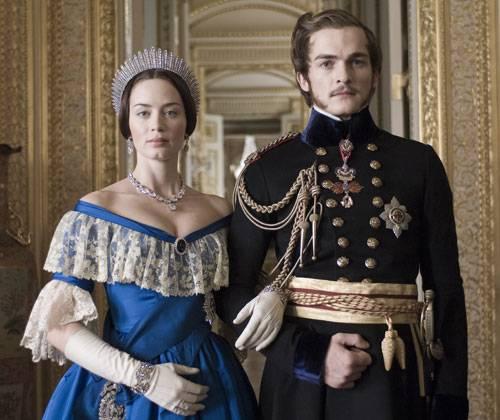 Victoria hält um die Hand von Albert an, nachdem sie merkt, wie sehr sie sich nach seiner Nähe sehnt. Nach der königlichen Hochzeit wird das Paar von den Massen gefeiert.     Doch das Drama nimmt seinen Lauf... Was passieren wird? Das müsst ihr euch natürlich selber anschauen, wir wollen ja nicht alles verraten!