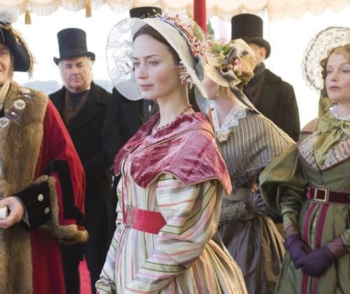 ... Dies hat seinen Grund. Denn Victoria ist die legitime Nachfolgerin auf den Thron von England – und da König William (Jim Broadbent) nicht mehr lange leben wird, versucht man von allen Seiten, die Gunst des Mädchens zu gewinnen...