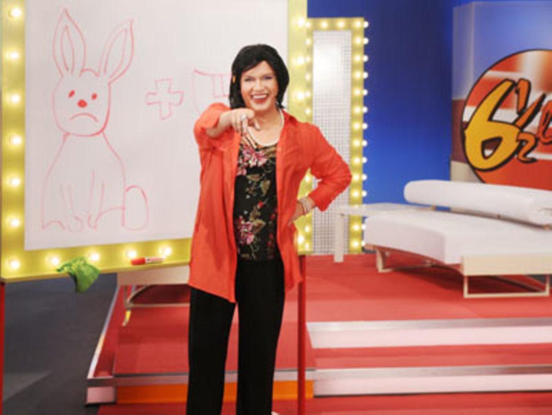 """""""Sechseinhalb live""""-Moderatorin Gisela (Hape Kerkeling) moderiert die """"Bilde ein sinnvolles Deutsches Wort""""-Show."""