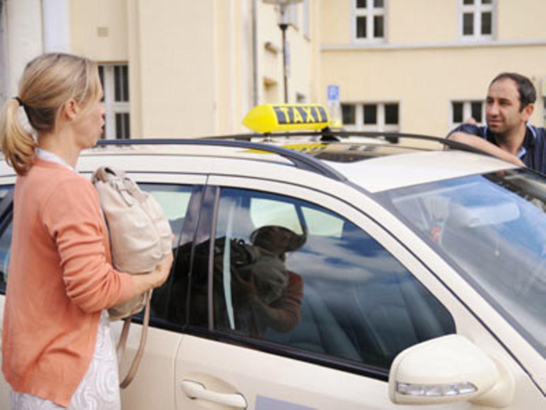 Gemeinsam mit Taxifahrer Kemal macht sie sich auf den Weg, um Mann und Tochter zu suchen...