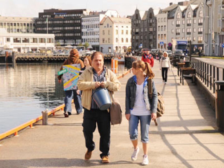 Gemeinsam mit Tochter Ute macht er sich auf den Weg nach Norwegen, um seinen Gewinn in Empfang zu nehmen. Währenddessen...