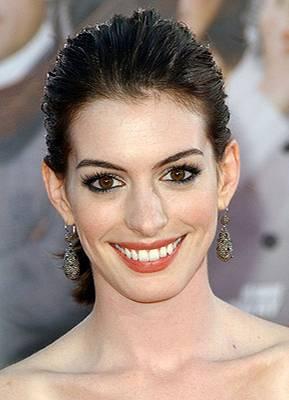 """Anne Hathaway (26), Schauspielerin    Der Anblick niedlicher Lämmchen verdarb ihr den Appetit auf Fleisch. Bei den Dreharbeiten zum Film """"Becoming Jane"""" in Irland entdeckte Anne Hathaway ihre Tierliebe und ernährt sich seitdem vegetarisch. """"Überall liefen diese kleinen Schäfchen herum und die waren so quicklebendig. Ich habe zwar noch nie Lamm gegessen, aber ich konnte überhaupt kein Fleisch mehr essen, als ich den Film drehte."""""""