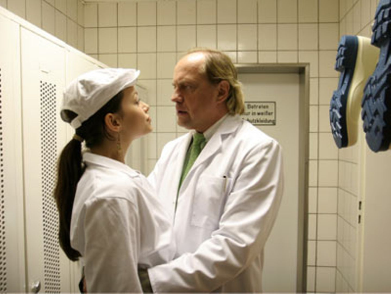 """TV-Tipp: """"Schade um das schöne Geld"""" - Fischfabrikant Jonkers (Uwe Ochsenknecht) nutzt jede Gelegenheit, seine Mitarbeiterin und heimliche Geliebte (Cosma Shiva Hagen) zu befummeln."""