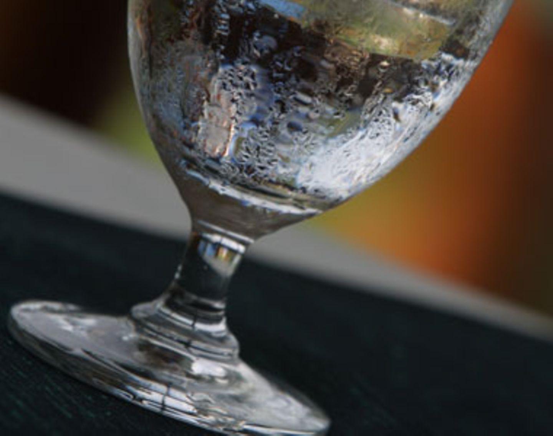 Viel Trinken!    Auch wenn es jeder weiß, kann man es nicht oft genug sagen: Trinken, Trinken, Trinken! Bei Hitze verliert unser Körper viel Flüssigkeit. Trinken wir an schweißtreibenden Sommertagen  nicht ausreichend, drohen Hitzekrämpfe und Kreislaufbeschwerden. Mindestens 2 bis 3 Liter sind Pflicht -  auch wenn ihr nicht durstig seid. Nicht zu kalt trinken, sondern lieber zimmerwarm. Kalte Getränke kühlen nämlich nicht ab, sondern erhitzen den Körper, da dieser Energie braucht, um die kalte Temperatur auf Körpertemperatur herunterzukühlen.