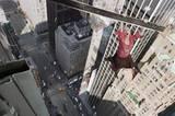 Spider-Mans Hilfe ist gefragt - mal wieder baumelt eine hilflose Frau an einem Stahlträger, der aus dem Fenster eines Hochhauses ragt...