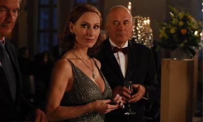 """TV-Tipp """"Entführt"""": Vera Targensee (Andrea Sawatzki) bändelt mit Maximilian Kessler (Hans Zischler, li.) an, der das Gestüt ihres Vaters Albert leitet."""