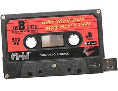 Ihr dachtet, das gute alte Mixtape sei aus der Mode? Falsch gedacht! Es kommt nur etwas moderner daher! Dank des integrierten USB-Sticks könnt ihr diese Kassette einfach mit mp3-Songs befüllen und dann immer und immer wieder anhören! Von fredflare.com, um 20 Euro.