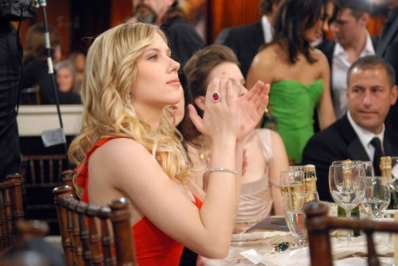 """Scarlett Johanssen gewann zwar nicht den Preis für die beste Nebendarsteller-Leistung (in """"Match Point""""), ließ sich die Party aber nicht entgehen und spendete viel Applaus"""