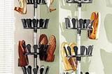 Schuh-Karusell    Was gibt es in einer WG in allen Größen, Farben und Formen? Schuhe! Meistens stehen sie in einem wilden Durcheinander im Flur und vegetieren vor sich hin. Aber wie das Problem lösen, wenn es keinen Platz für einen Schuhschrank gibt? Ein kleines Platzwunder ist dieses Schuh-Rondell mit 8 Dreh-Elementen für 48 Paar Schuhe. Einfach zwischen Boden und Decke spannen, Schuhe drauf stecken, und schon ist aufgeräumt! Gestell aus Aluminium und Kunststoff. Teleskopstange von 240-280 cm. Für 49,90 Euro zzgl. Versandkosten unter >> www.heine.de