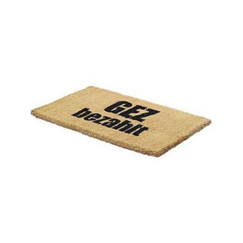 Schon GEZahlt?    Wenn der GEZ-Mann zweimal klingelt, dann stellen sich einem gewöhnlich die Nackenhaare auf, man bekommt Schweißausbrüche und Herzrasen. Damit ihr den Eintreibern gar nicht erst die Tür öffnen müsst, gibt es diese kommunikative Fußmatte mit einer klaren Ansage! Gibt es für 29,95 Euro zzgl. Versandkosten über >> www.amazon.de