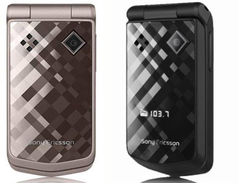"""""""Sony Ericsson Diamond""""    Diamonds are a girl's best friend! So auch dieses schöne Exemplar, das durch seine glitzernde Oberfläche auffällt. Ruft dich jemand an, dann erscheint wie aus dem Nichts der Name des Anrufers auf dem äußeren Display. Willst du aber gerade nicht gestört werden, dann führe deine Hand ganz leicht über die Oberfläche und das Handy schaltet sich automatisch auf stumm. Extras wie Kamera, Mp3-Player und Internet sind auch dabei. Ab 150 Euro ohne Vertrag."""