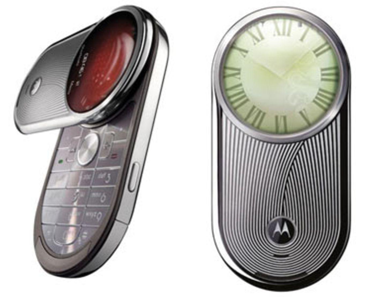 """""""Motorola Aura""""    Du stehst auf zeitlose Klassiker? Dann ist das Motorola Aura genau richtig für dich! Es sieht aus wie eine Luxusuhr und ist ein stylischer Begleiter in jeder Lebenslage. Passend zur Kleidung kannst  du aus vier eleganten Ziffernblättern wählen, die dann auf dem weltweit ersten runden Display leuchten. Um 1.300  Euro ohne Vertrag."""