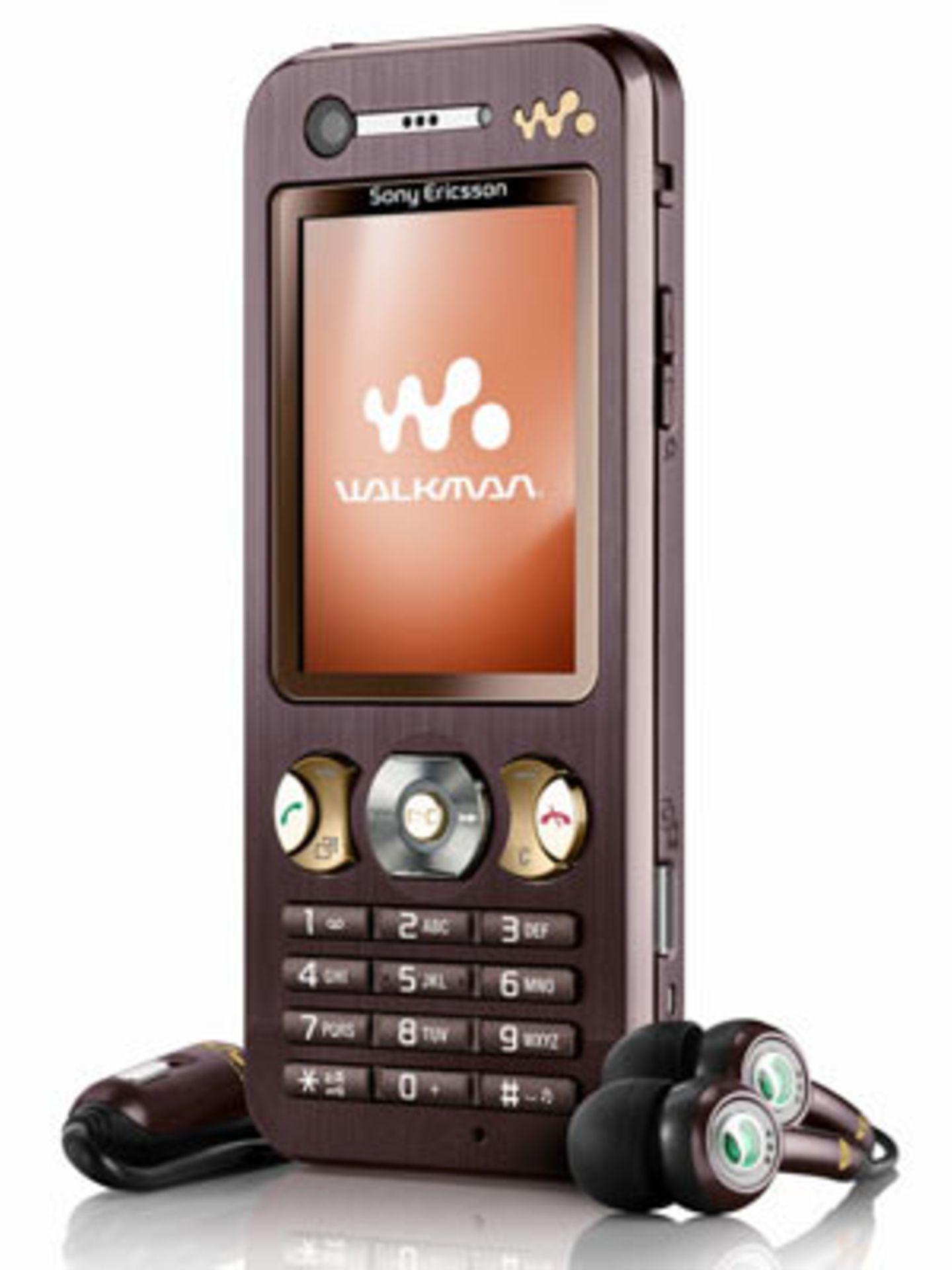 """""""Sony Ericsson Walkman""""    Für die Plaudertaschen unter uns ist wohl das Sony Ericsson Walkman das passende Handy. Bis zu 540 Minuten Sprechzeit können da in einem Rutsch verbraten werden. Außerdem mit dabei: MMS, Videofunktion und natürlich mp3-Player und Radio. Um 135 Euro ohne Vertrag."""