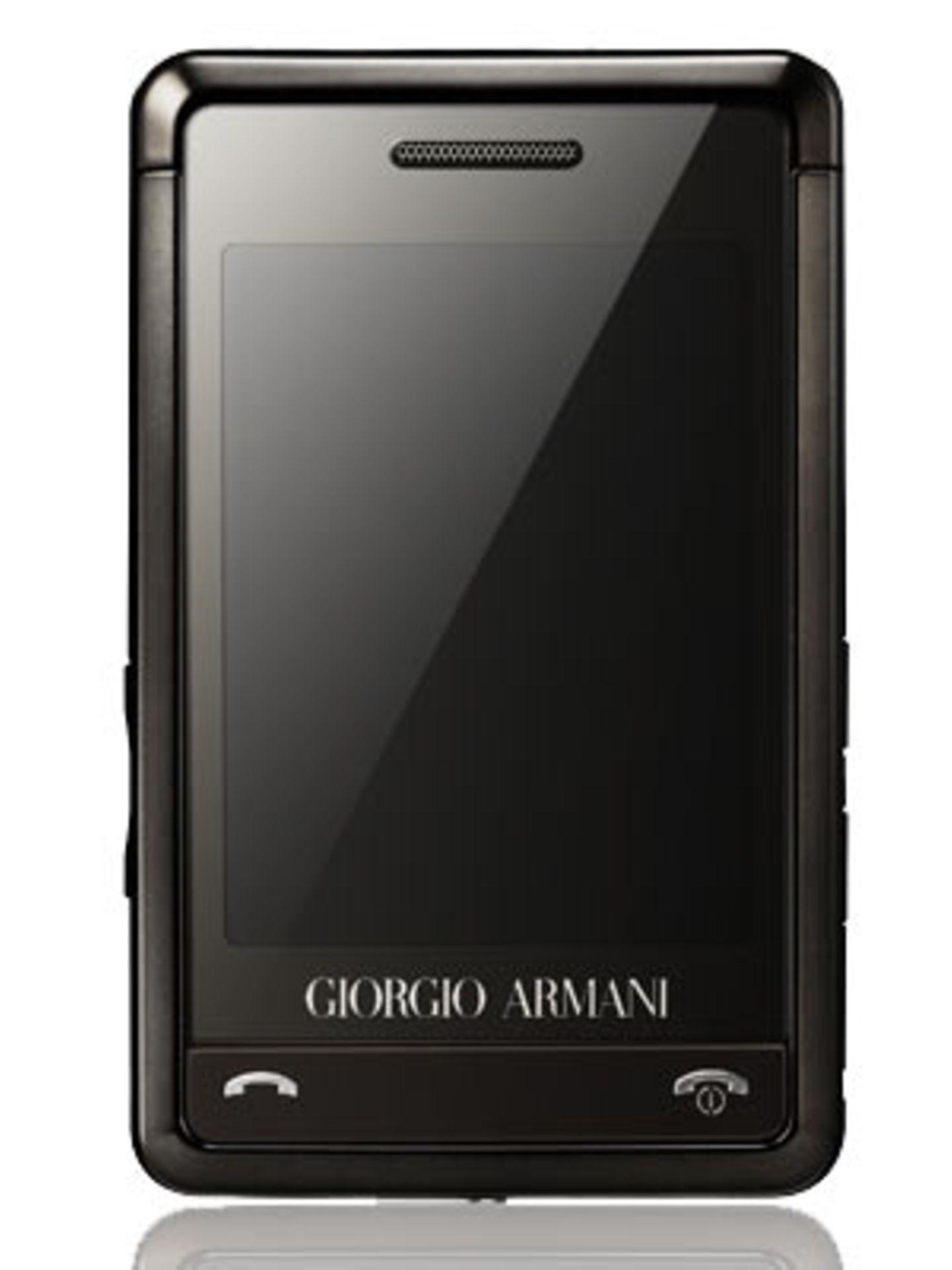 """""""Samsung Giorgio Armani"""" Ein echter Armani für die Handtasche: Das Handy von Samsung ist das Leichtgewicht in unserer Frühlingskollektion. 8,8 Zentimeter groß, 5,5 Zentimeter breit, 1 Zentimeter dick und gerade einmal 75 Gramm schwer - wenn das keine Modelmaße sind! Um 290 Euro ohne Vertrag."""